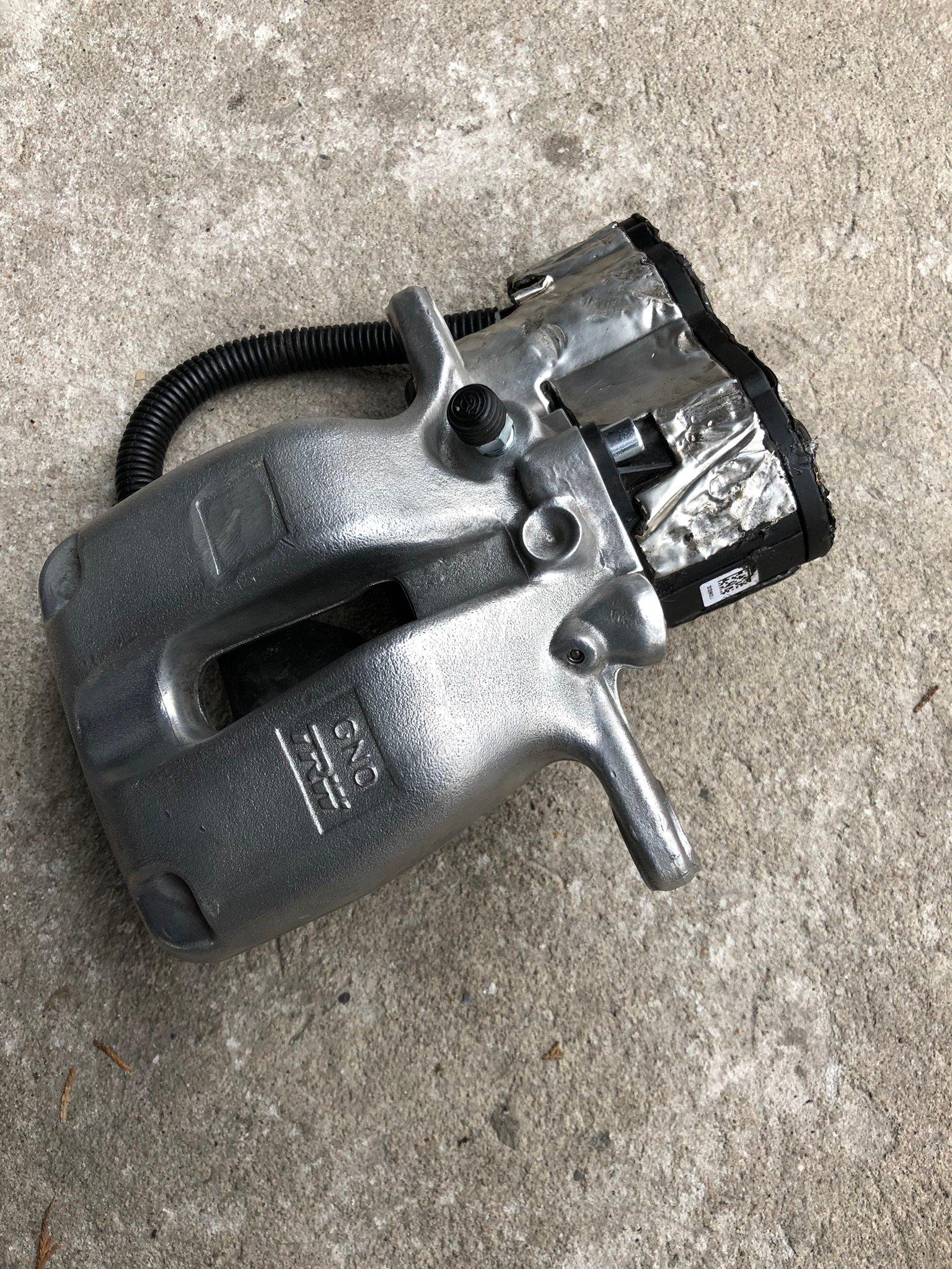 audi a8 зажим двигатель тормоза