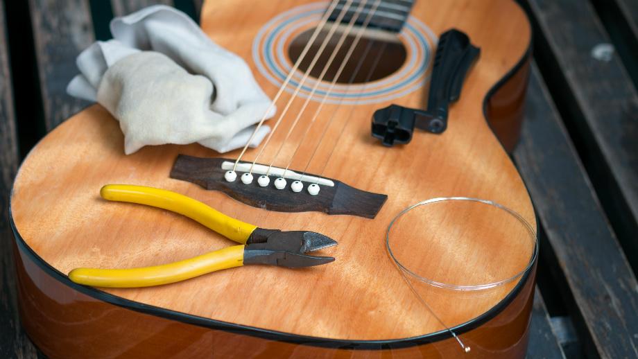Jak dobrać i wymienić struny w gitarze akustycznej?