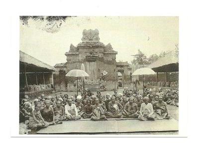 П / я.- Властелин Убуд и его двор в храме / Бали